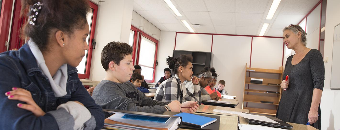 Lesbische student verleidt haar leraar